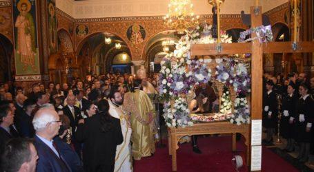 Πλήθος πιστών στην ακολουθία του Επιταφίου στον Μητροπολιτικό Ναό Αγίου Αχιλλίου στη Λάρισα (φωτο)