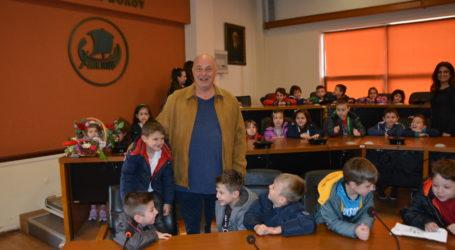 Στο δημαρχείο Βόλου παιδιά από το Βρεφονηπιακό σταθμό της Μητρόπολης Δημητριάδος [εικόνες]