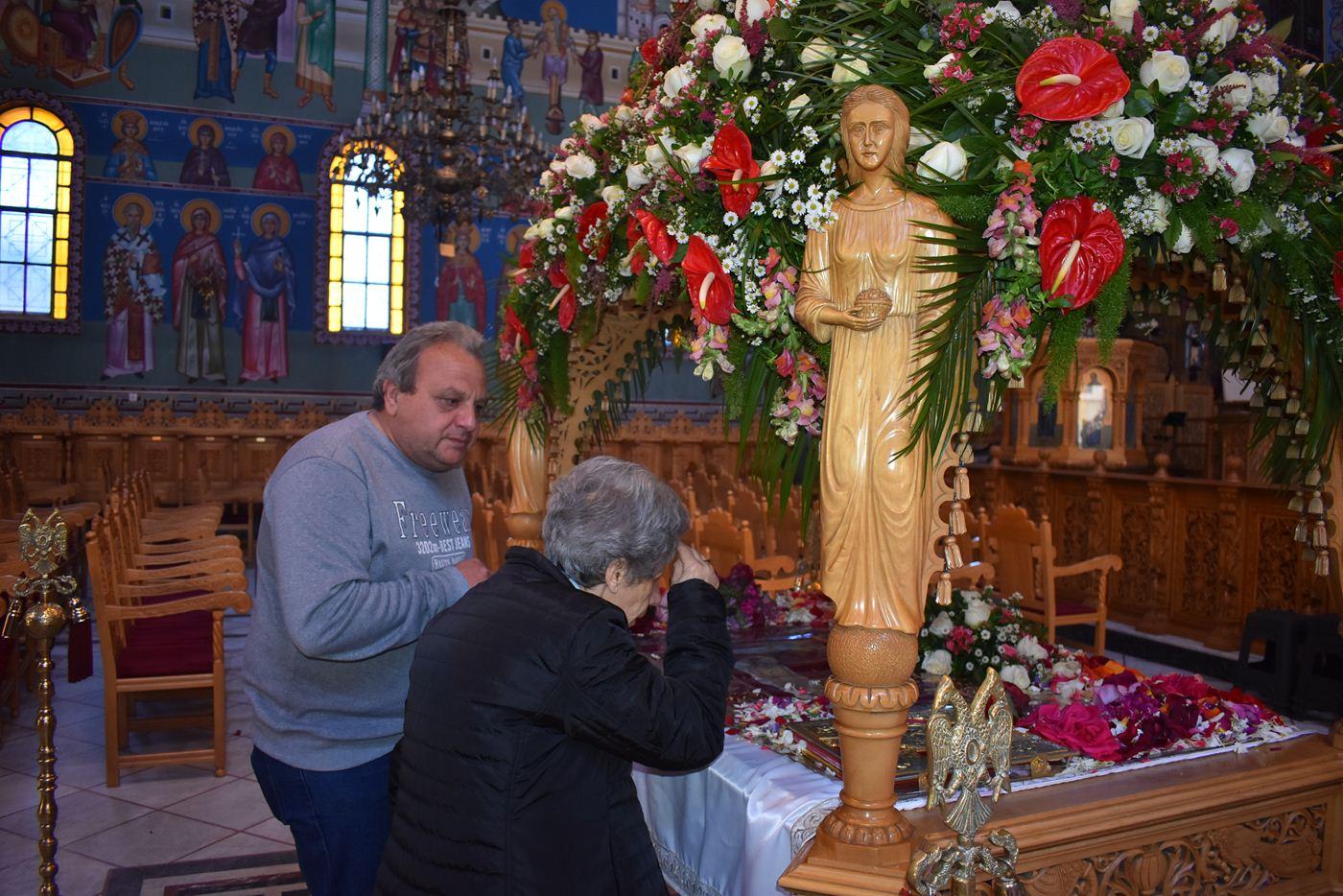 Στις εκκλησίες της Λάρισας οι πιστοί για το προσκύνημα των Επιταφίων (φωτο)