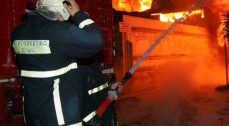 Φωτιά σε αποθήκη απέναντι από τον Ιερό Ναό Αγίου Γεωργίου στη Λάρισα