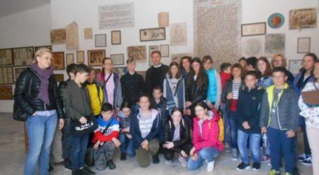 Μαθητές από την Πολωνία και τον Τύρναβο στο μνημείο του Ιπποκράτη