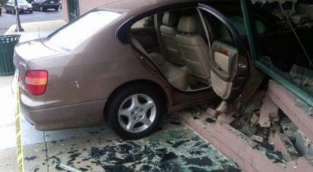 Άγιο είχε οδηγός στη Λάρισα! Διαπέρασε τζαμαρία καταστήματος με το αυτοκίνητό του