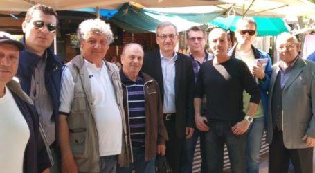 Στη λαϊκή αγορά της Νεάπολης ο Κώστας Βαϊούλης και μέλη της «Λαρισαίων Κοινόν»
