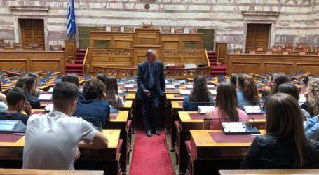 Ο Γιώργος Σούρλας στη Βουλή με μαθητές από τη Β. Ήπειρο