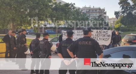 Διαμαρτυρίες, πανό, τρικάκια και συνθήματα έξω από την ομιλία Παππά στον Βόλο [εικόνες]