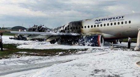 Kαρέ-καρέ η φωτιά στο ρωσικό αεροσκάφος