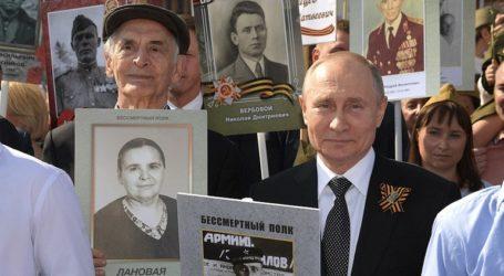 Με πορείες του «Συντάγματος των Αθανάτων» τίμησαν οι Ρώσοι τους πεσόντες στον Β΄ Παγκόσμιο Πόλεμο