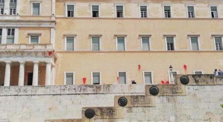 Μέλη του «Ρουβίκωνα» πέταξαν μπογιές στο κτήριο της Βουλής