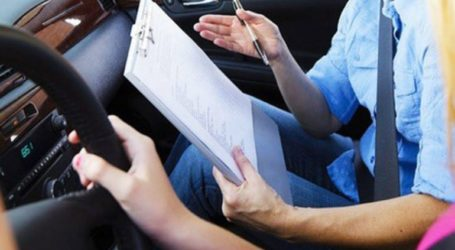 Άκουγε τις σωστές απαντήσεις στις θεωρητικές εξετάσεις διπλώματος οδήγησης από… πομπό