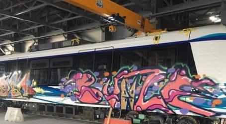 Έγραψαν συνθήματα και ζωγράφισαν τα βαγόνια του μετρό Θεσσαλονίκης