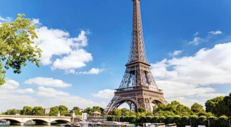 Συναγερμός στο Παρίσι – Άνδρας σκαρφάλωσε στον Πύργο του Άιφελ