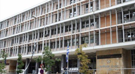 Σύλληψη τεσσάρων ατόμων που πέταξαν τρικάκια υπέρ του Δ. Κουφοντίνα στο δικαστικό μέγαρο της Θεσσαλονίκης
