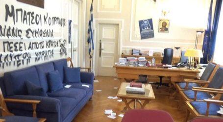 Εισβολή αγνώστων και συνθήματα στο γραφείο του Πρύτανη του Οικονομικού Πανεπιστημίου