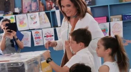 Με παρέα τρία από τα εγγόνια της ψήφισε η Ντόρα Μπακογιάννη
