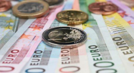 Oριακή πτώση για το ευρώ