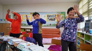 Ελλείψει μαθητών τα δημοτικά σχολεία στην επαρχία στρέφονται στις γιαγιάδες
