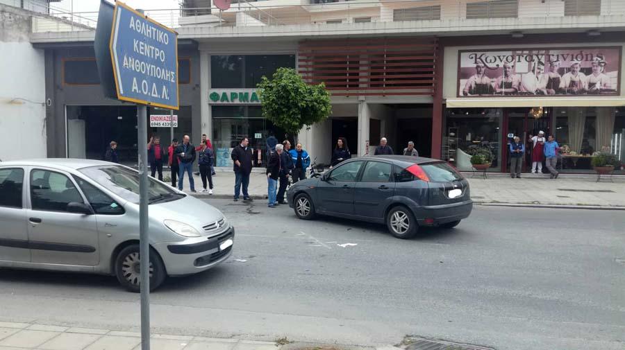 Τροχαίο με μηχανάκι στην Φαρσάλων - Στο νοσοκομείο 20χρονος Λαρισαίος (φωτογραφίες)