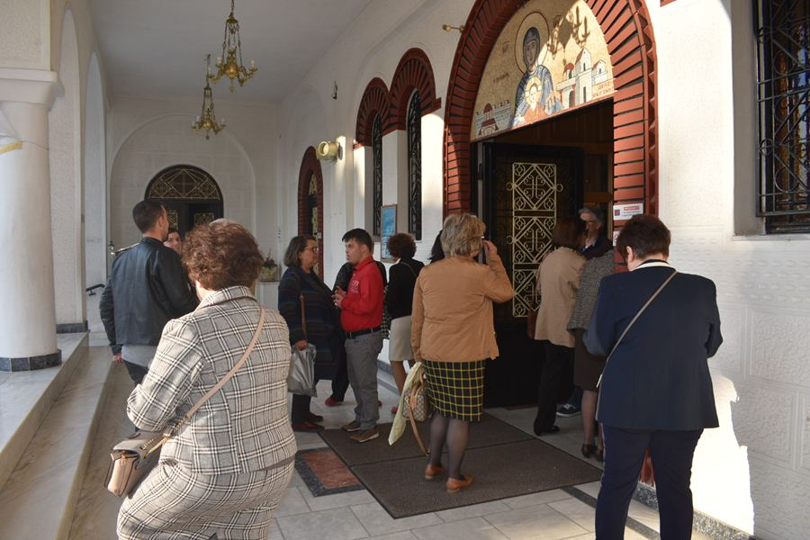 Πλήθος Λαρισαίων στον Ι.Ν. Ζωοδόχου Πηγής στη Λάρισα (φωτο)