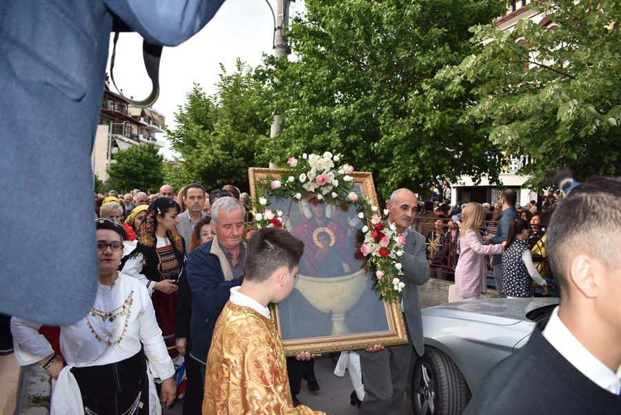 Πλήθος πιστών στην Ιερά Λιτανεία της Θαυματουργού Εφεστίου Εικόνος της Παναγίας στη Λάρισα (φωτο)