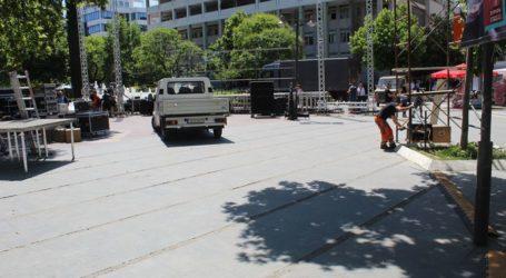 Στο μέσο της Κεντρικής πλατείας στήθηκε η εξέδρα για τον Τσίπρα – Δείτε φωτογραφίες