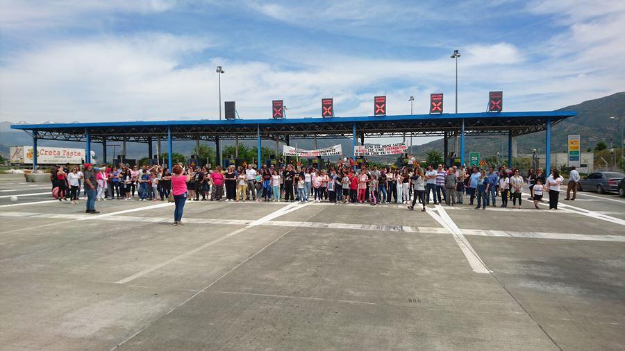 Κάτοικοι έκλεισαν τα διόδια στο Μακρυχώρι διαμαρτυρόμενοι για την δημιουργία δομής προσφύγων στο Κυψελοχώρι (φωτο)