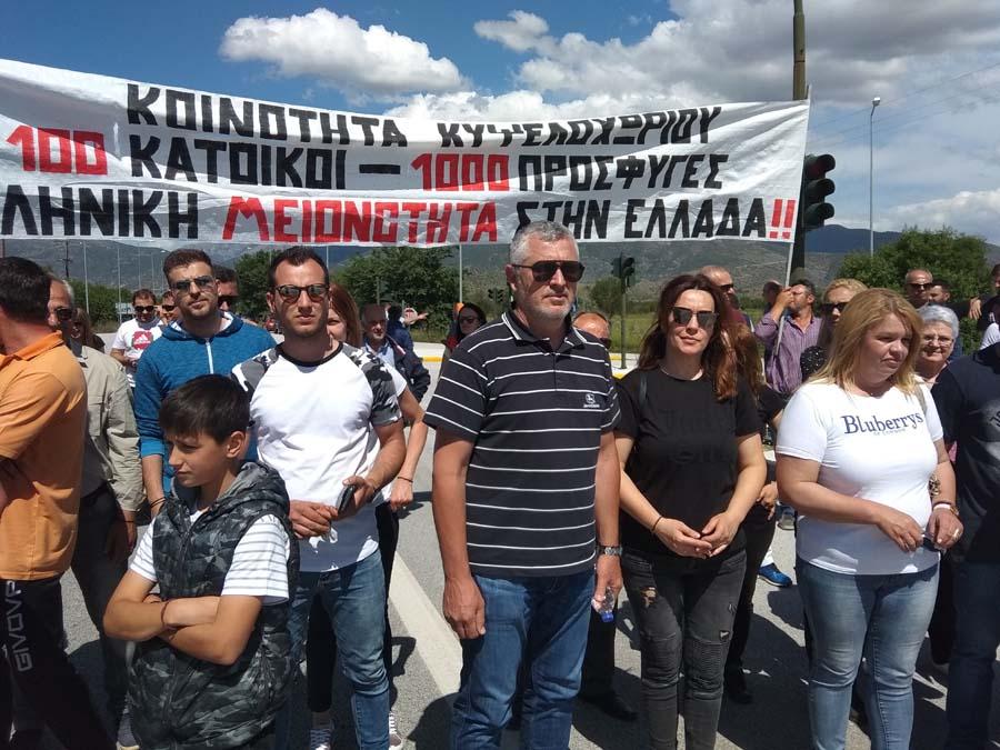 Δεν θέλουν προσφυγικό καταυλισμό στο Κυψελοχώρι - Διαμαρτυρία έξω από στρατόπεδο (φωτο)