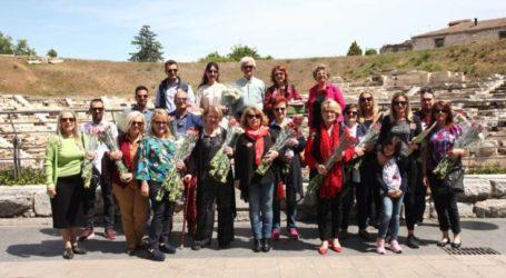 Με ένα λουλούδι εύχονται στις μητέρες υποψήφιοι της «Συμπαράταξης»