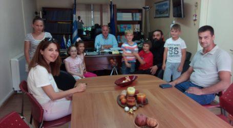 Στον Δήμαρχο Ρήγα Φεραίου ευχήθηκαν οι μαθητές του 3ουΔ. Σχολείου Κάρλας-Καναλίων