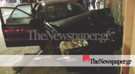 ΤΩΡΑ: Πανικός στη Νέα Ιωνία Βόλου – Αυτοκίνητο «καρφώθηκε» σε μαγαζί [αποκλειστικές εικόνες]