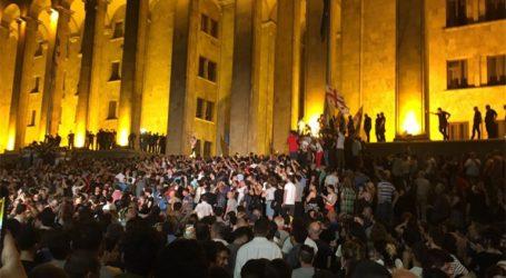 Ογκώδης διαδήλωση έξω από το κοινοβούλιο