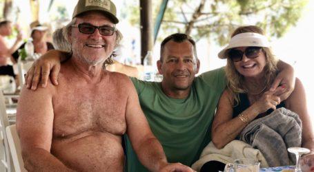 Συνεχίζει τις διακοπές στο Βρωμόλιμνο ο Kurt Russell με την οικογένεια του