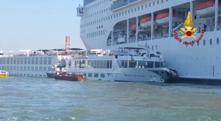 Τέσσερις τραυματίες από τη σύγκρουση κρουαζιερόπλοιου με τουριστικό πλοιάριο