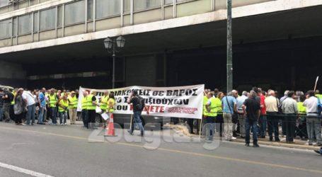 Συγκέντρωση συνταξιούχων της Εμπορικής Τράπεζας έξω από το υπουργείο Εργασίας