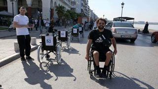 Δράση διαμαρτυρίας στη Θεσσαλονίκη με αναπηρικά αμαξίδια για τις θέσεις ΑμεΑ