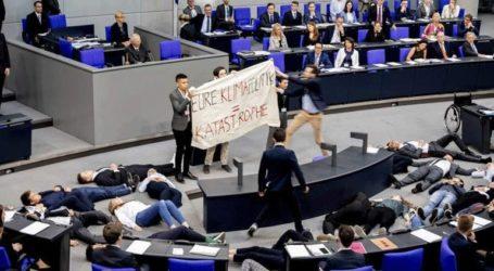 Ακτιβιστές διέκοψαν ομιλία του Σόιμπλε στη γερμανική βουλή