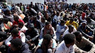Περίπου 6.000 πρόσφυγες και μετανάστες παραμένουν παγιδευμένοι σε κέντρα κράτησης