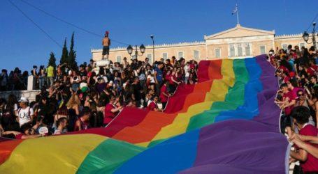Στα χρώματα της κοινωνικής ελευθερίας προσάρμοσαν οι Έλληνες Πρόσκοποι το λογότυπο τους