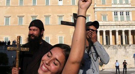 Προσήχθη ο πάτερ Κλεομένης για τη διαμαρτυρία του στο Athens Pride