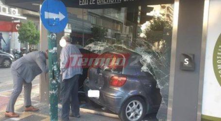 Αυτοκίνητο «σφηνώθηκε» σε κατάστημα μέσα στο κέντρο της Πάτρας!