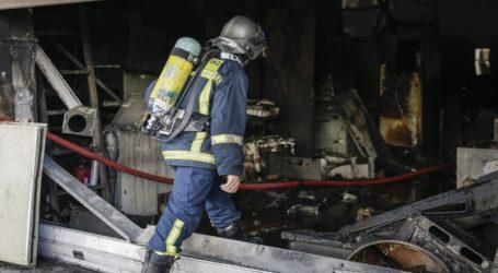 Μεγάλες καταστροφές από πυρκαγιά στο Περιστέρι