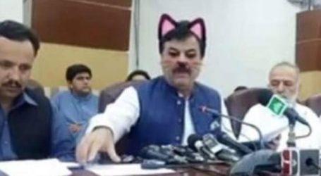 Υπουργός εμφανίστηκε με ροζ αυτάκια και μουστάκια γάτας… στο Facebook