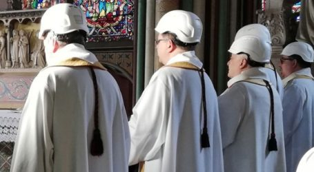 Τελέστηκε η πρώτη λειτουργία στον Καθεδρικό της Παναγίας των Παρισίων μετά τη φωτιά
