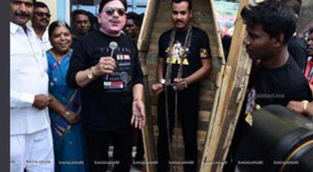 Ινδός Χουντίνι βούτηξε αλυσοδεμένος στον Γάγγη και… ακόμα τον ψάχνουν