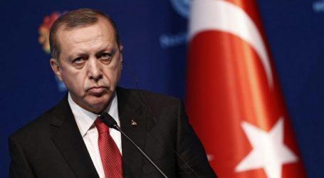 """Ο Ερντογάν αποτίει φόρο τιμής στον """"μάρτυρα"""" Μόρσι μετά τον θάνατό του"""
