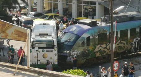 Σύγκρουση λεωφορείου της ΕΘΕΛ με συρμό του προαστιακού στη Λιοσίων