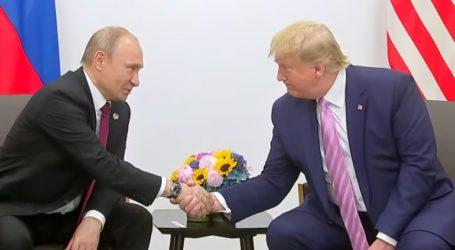Χαμογελαστός ο Τραμπ ζήτησε από τον Πούτιν να μην αναμιχθεί στις εκλογές της χώρας του