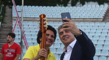 H selfie του Αγοραστού με την Πρωτοψάλτη