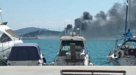 ΤΩΡΑ: Έκρηξη στο φλεγόμενο σκάφος στον Βόλο – Κι άλλο πλοιάριο στις φλόγες