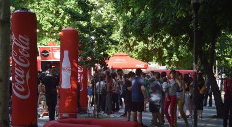 Burgers για τους Λαρισαίους έφτιαξε ο Άκης Πετρετζίκης – Το Coca-Cola & Akis Food Tour Festival έφτασε στην πόλη (φωτο)