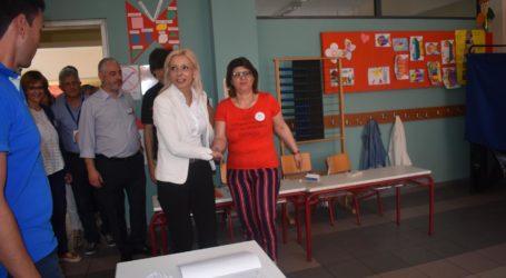 Ψήφισε η Ρένα Καραλαριώτου: «Σήμερα ψηφίζουμε νέους ανθρώπους, νέες ιδέες, νέα δήμαρχο» (φωτο)